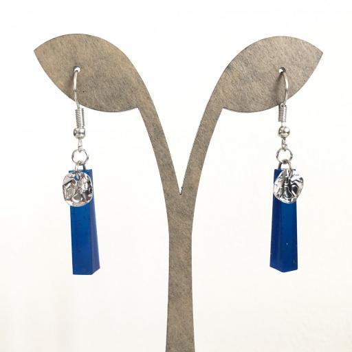 Pendientes plateados rectangulares de resina azul