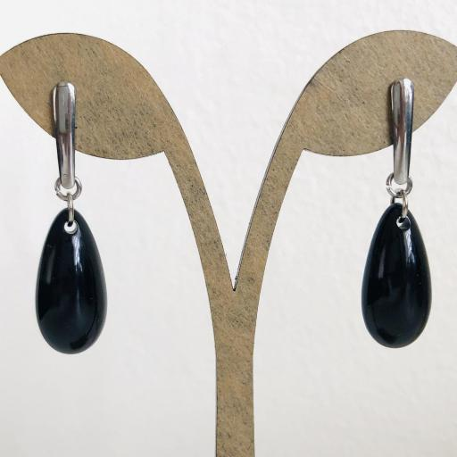 Pendientes de acero  y  resina negra en forma de gota
