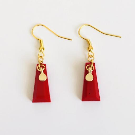 Pendientes dorados geométricos de resina roja [2]