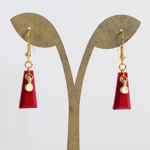 Pendientes dorados geométricos de resina roja
