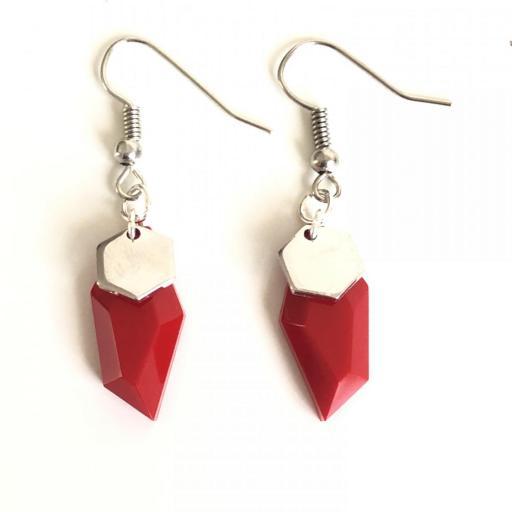 Pendientes plateados geométricos de resina roja [2]