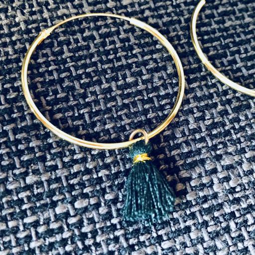 Aros de oro con borla verde [2]