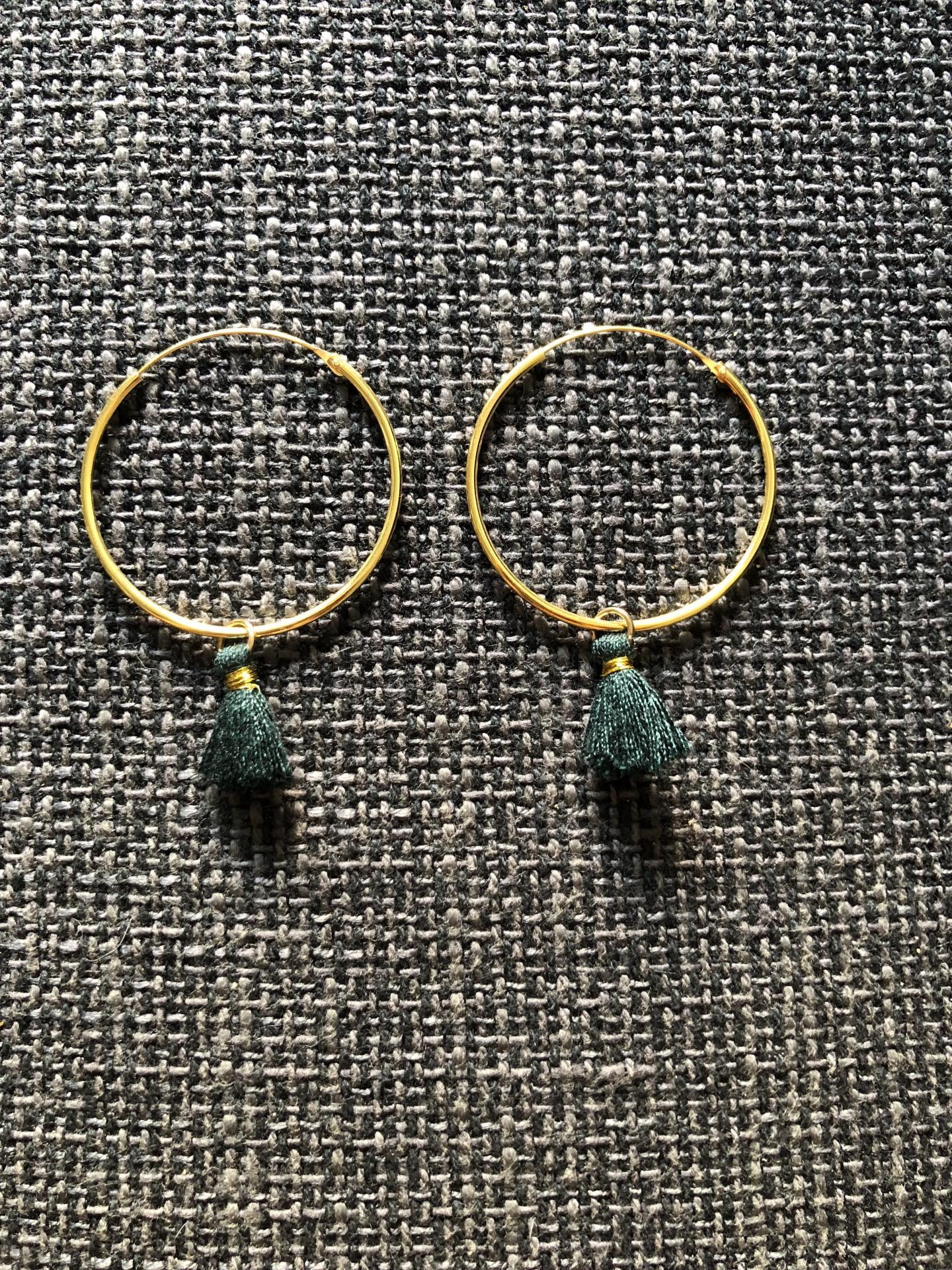 Aros de oro con borla verde