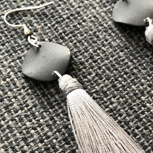 Pendientes con círculo negro y borla gris visón [1]