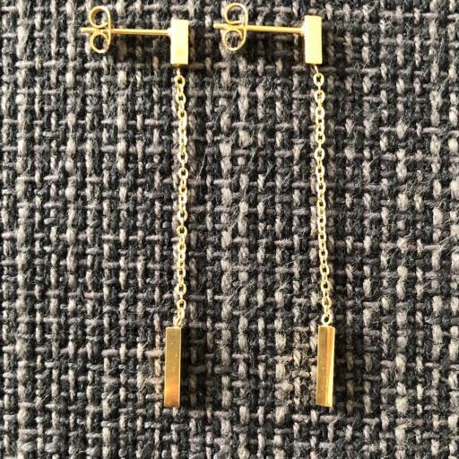 Pendientes dorados rectangulares con cadena