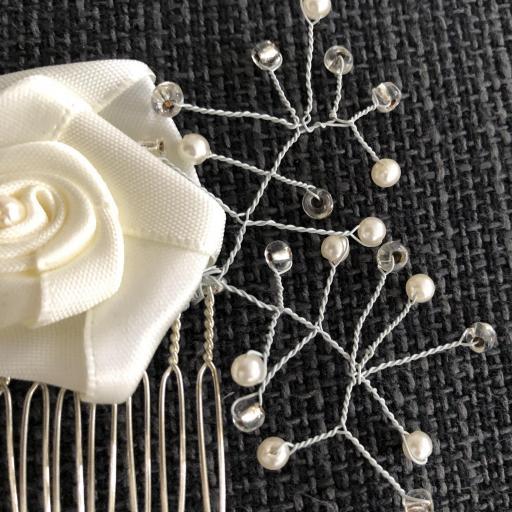 Peineta con flor y ramas plateadas perladas  [1]