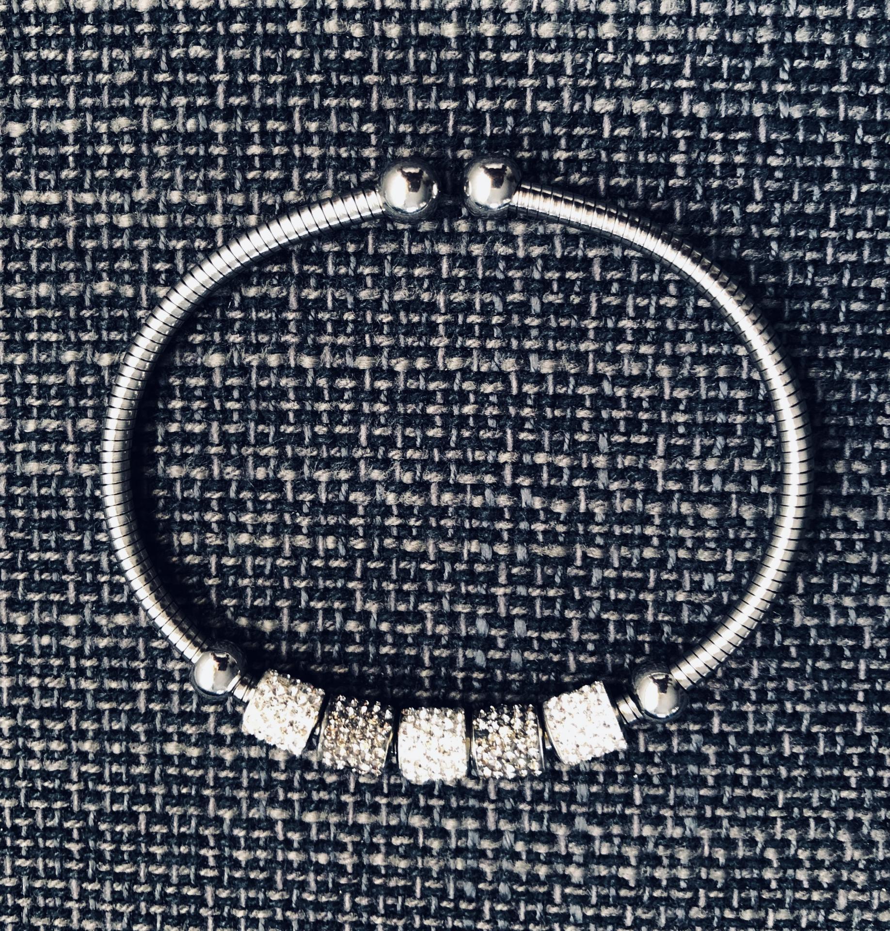 Pulsera de hilo flexible con charms grises y plateados