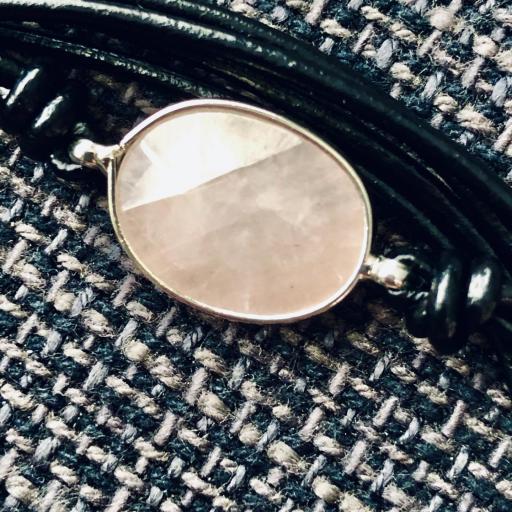 Pulsera hilos negros con piedra rosa [1]