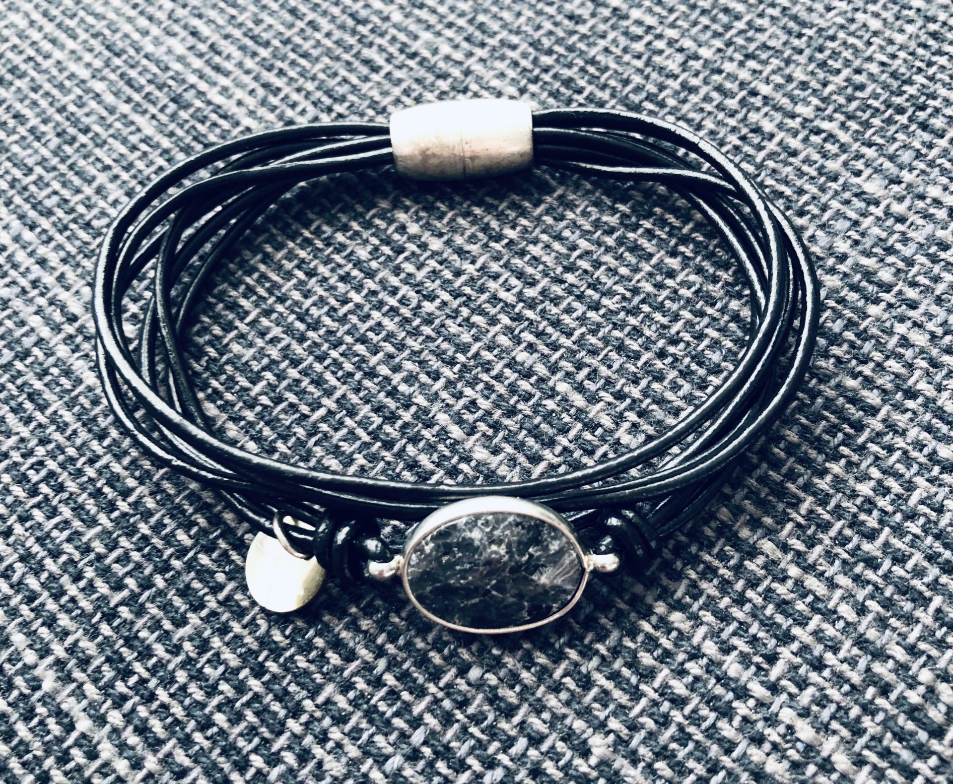 Pulsera hilos negros con piedra gris y negra