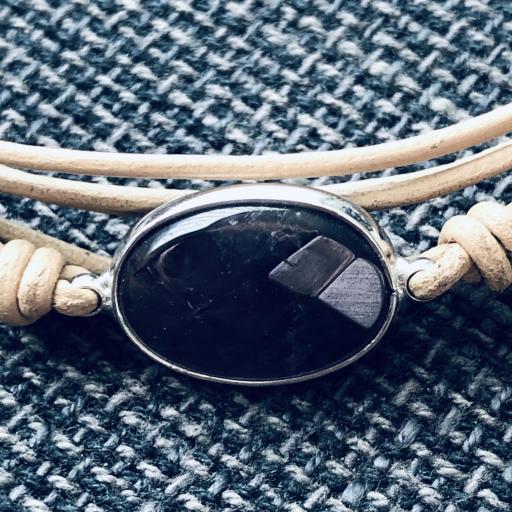 Pulsera hilos color visón con piedra lila [1]
