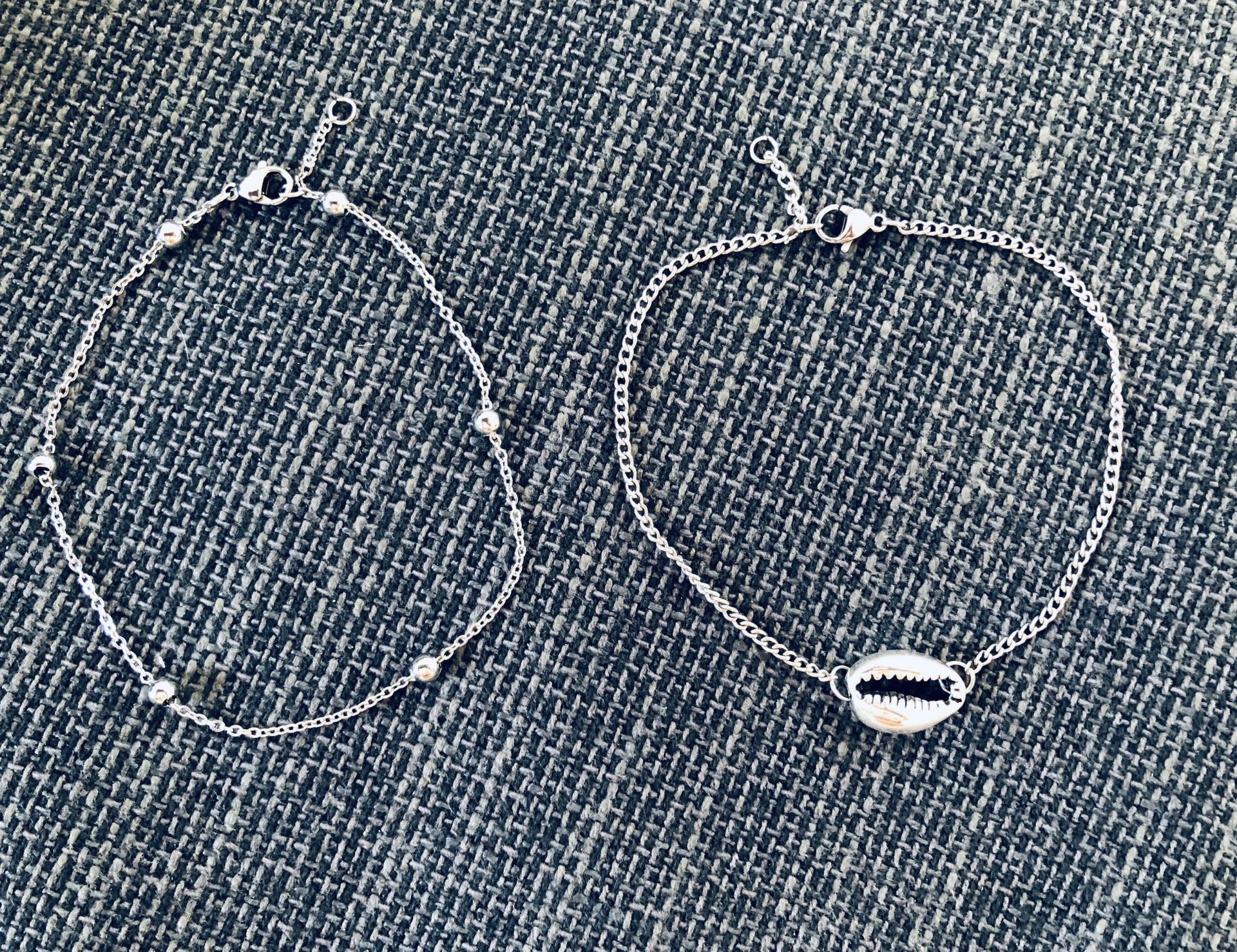 Conjunto de pulseras tobilleras plateadas con cadena y caurí