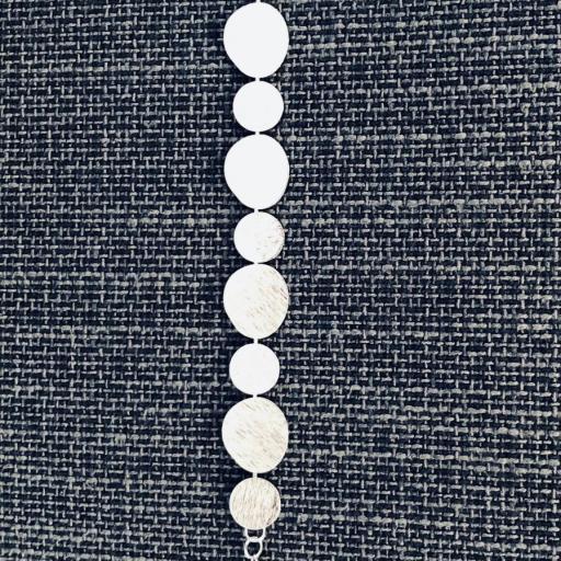 Pulsera texturada de acero plateado [1]