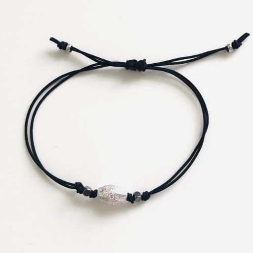 Pulsera de hilo negro con tubo abombado en plateado diamantado [1]