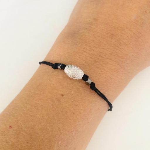 Pulsera de hilo negro con tubo abombado en plateado diamantado [2]