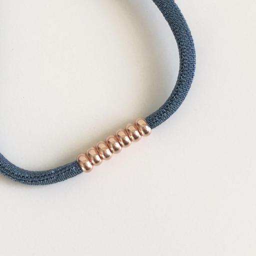 Pulsera elástica de seda color azul y bolitas de plata con baño de oro rosa [2]