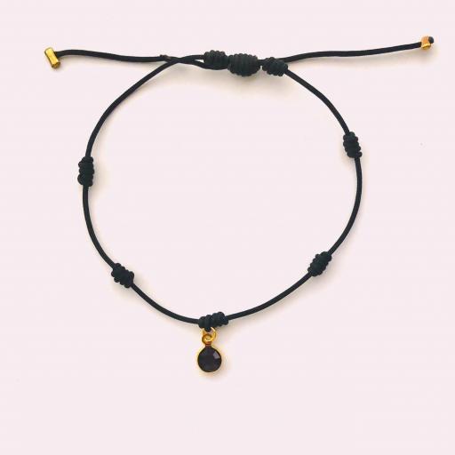 Pulsera negra de siete nudos con cristal color vino y dorado