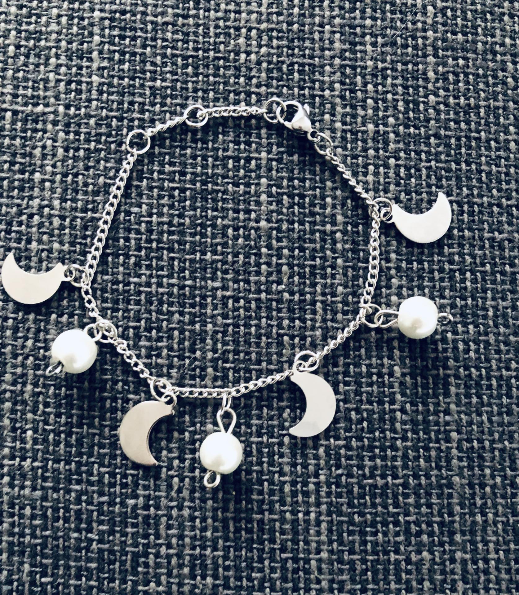 Pulsera de acero con cristales perlados y medias lunas