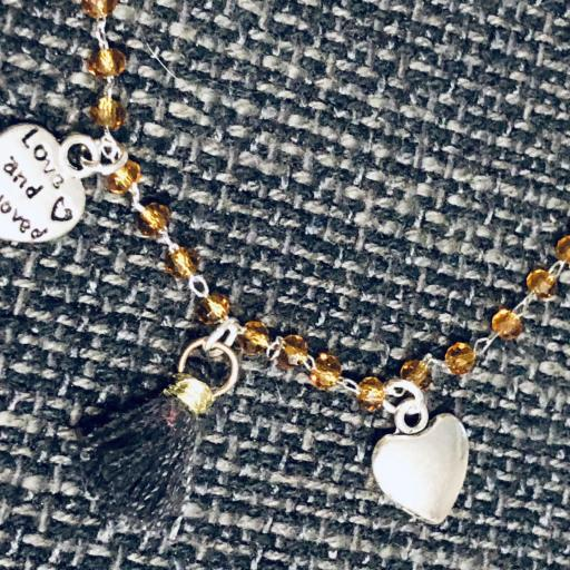 Pulsera con cristales dorados y corazones