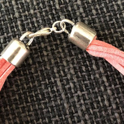 Pulsera con corazón plateado y antelina rosa [2]