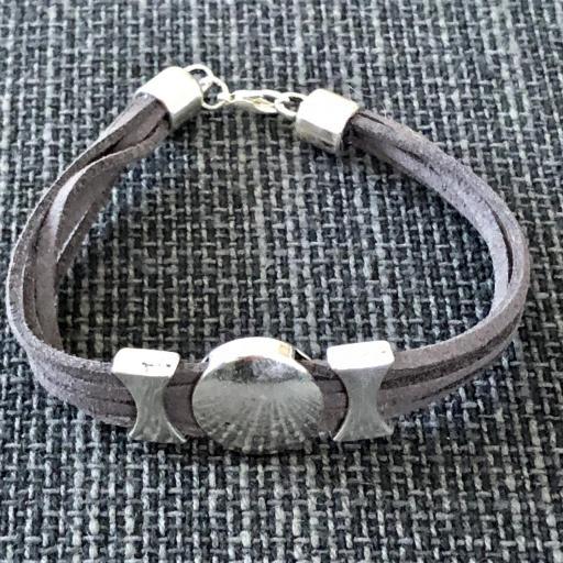 Pulsera con círculo plateado y antelina gris marengo [1]