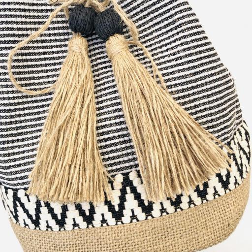 Bolso saco de rallas en colores crudo y negro [3]