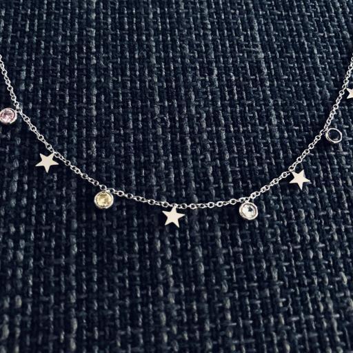 Collar plateado con cristales y estrellas