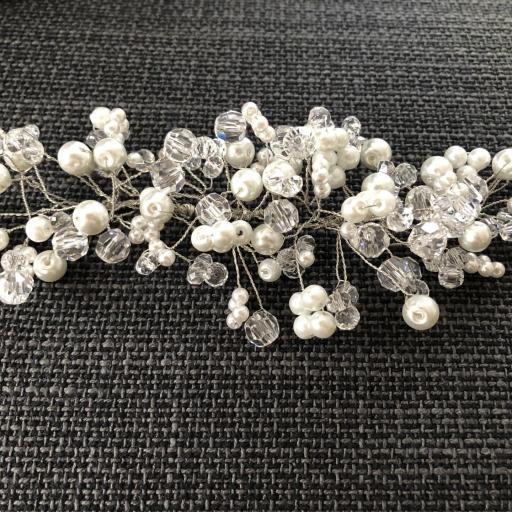 Tocado con perlas y bolas hexagonales