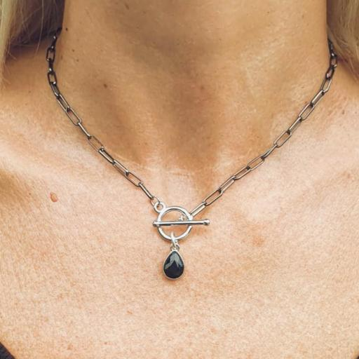 Collar con cadena oscurecida de eslabones y gota negra plateada [1]