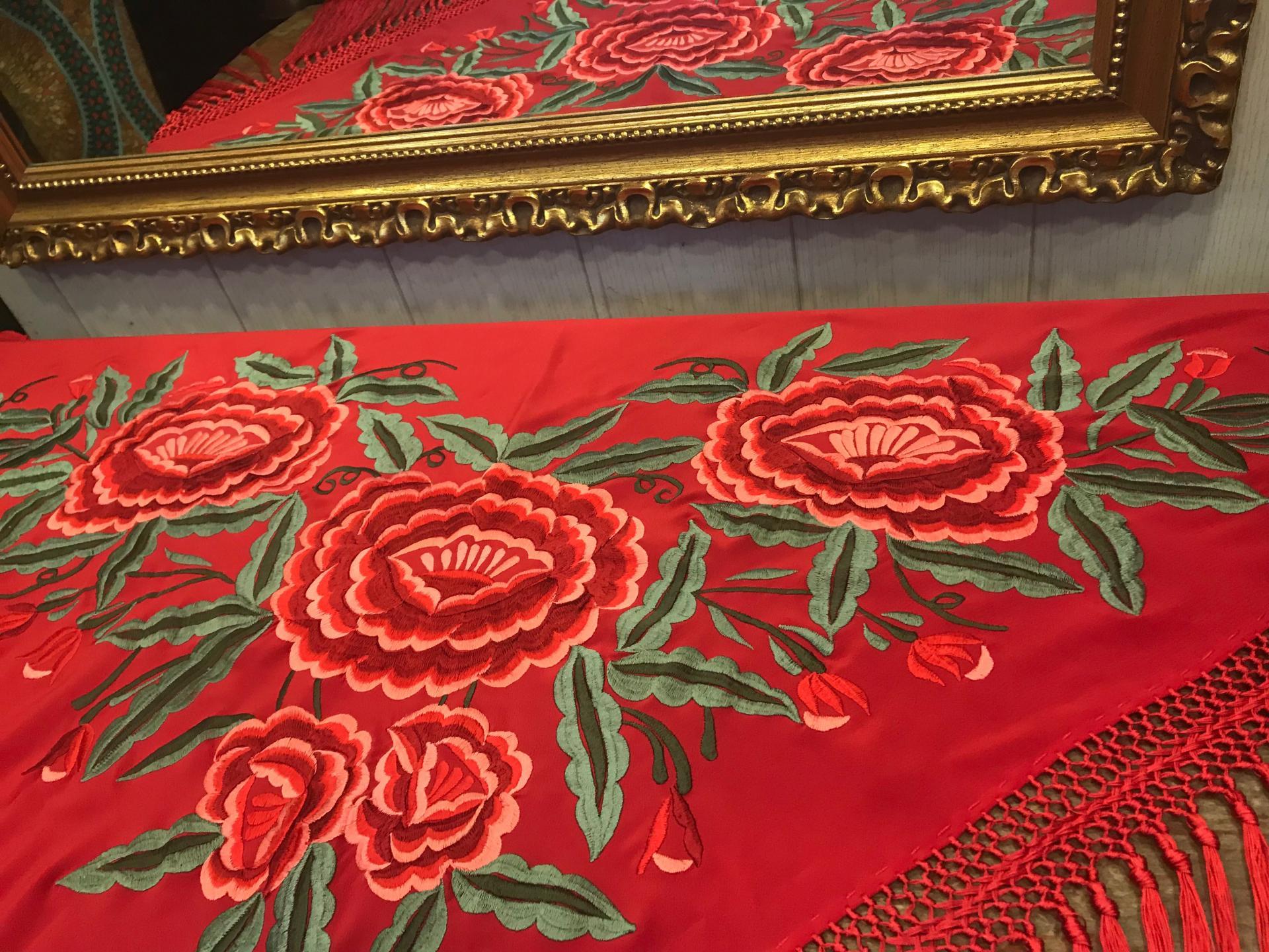 Mantón bordado fondo rojo