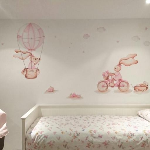 VINILO INFANTIL: Conejitas con bici y globo