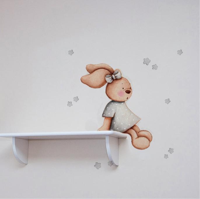 VINILO INFANTIL: Conejita sentada en estanteria en gris