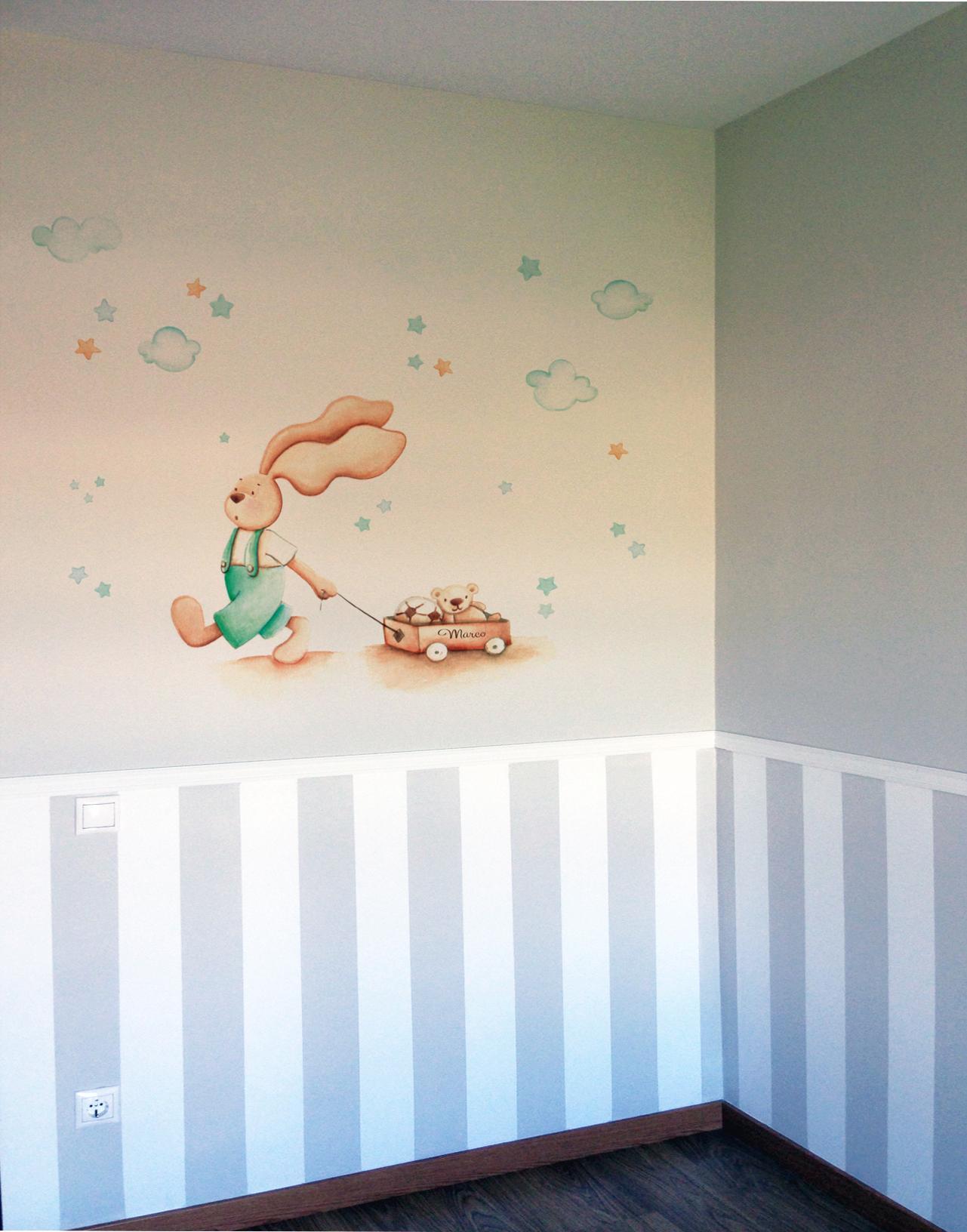 VINILO INFANTIL: Conejito con carro de juguetes en tonos verdes
