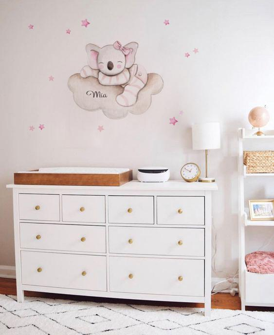 VINILO INFANTIL: Koala en nube con lazo rosa