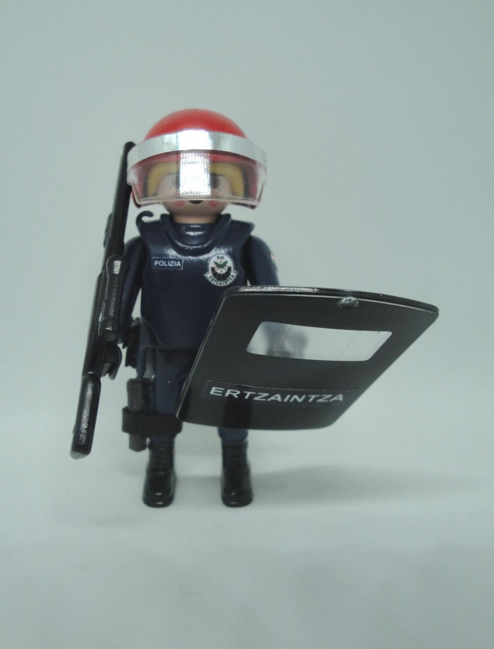Playmobil personalizado uniforme Brigada Móvil antidisturbios Ertzaintza Policía país vasco Euskadi mujer