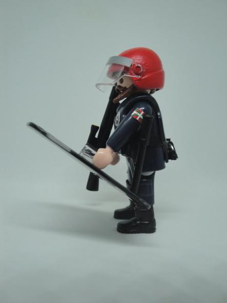 Playmobil Ertzaintza policía país vasco personalizado con uniforme de la Brigada Móvil antidisturbios hombre [2]