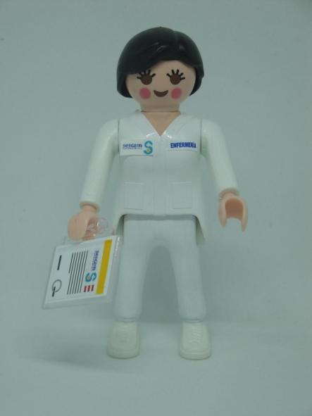 Playmobil personalizado con el uniforme de Enfermera del SESCAM servicio de salud de Castilla la Mancha mujer