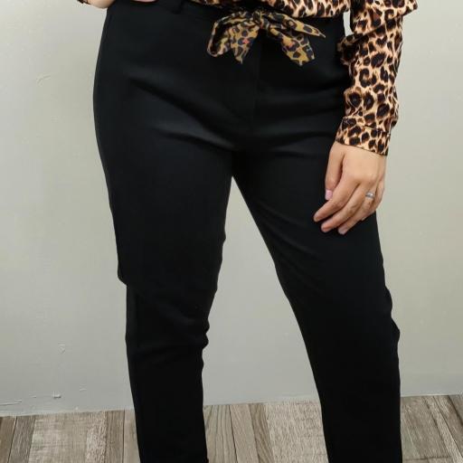 Pantalón negro con talla shein