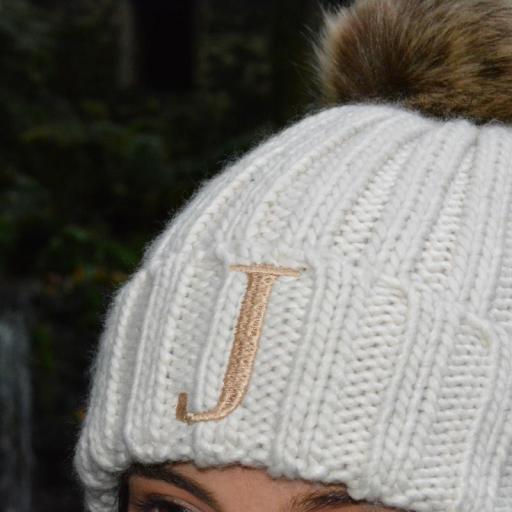 Gorro Junior con pompón de pelo sintético color beig - inicial bordada [2]