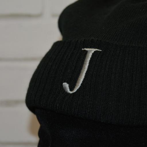 Gorro Adulto color negro con pompón en color negro - inicial bordada [1]