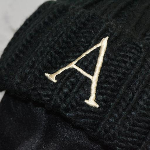 Gorro Junior con pompón de pelo sintético  color negro - inicial bordada [2]