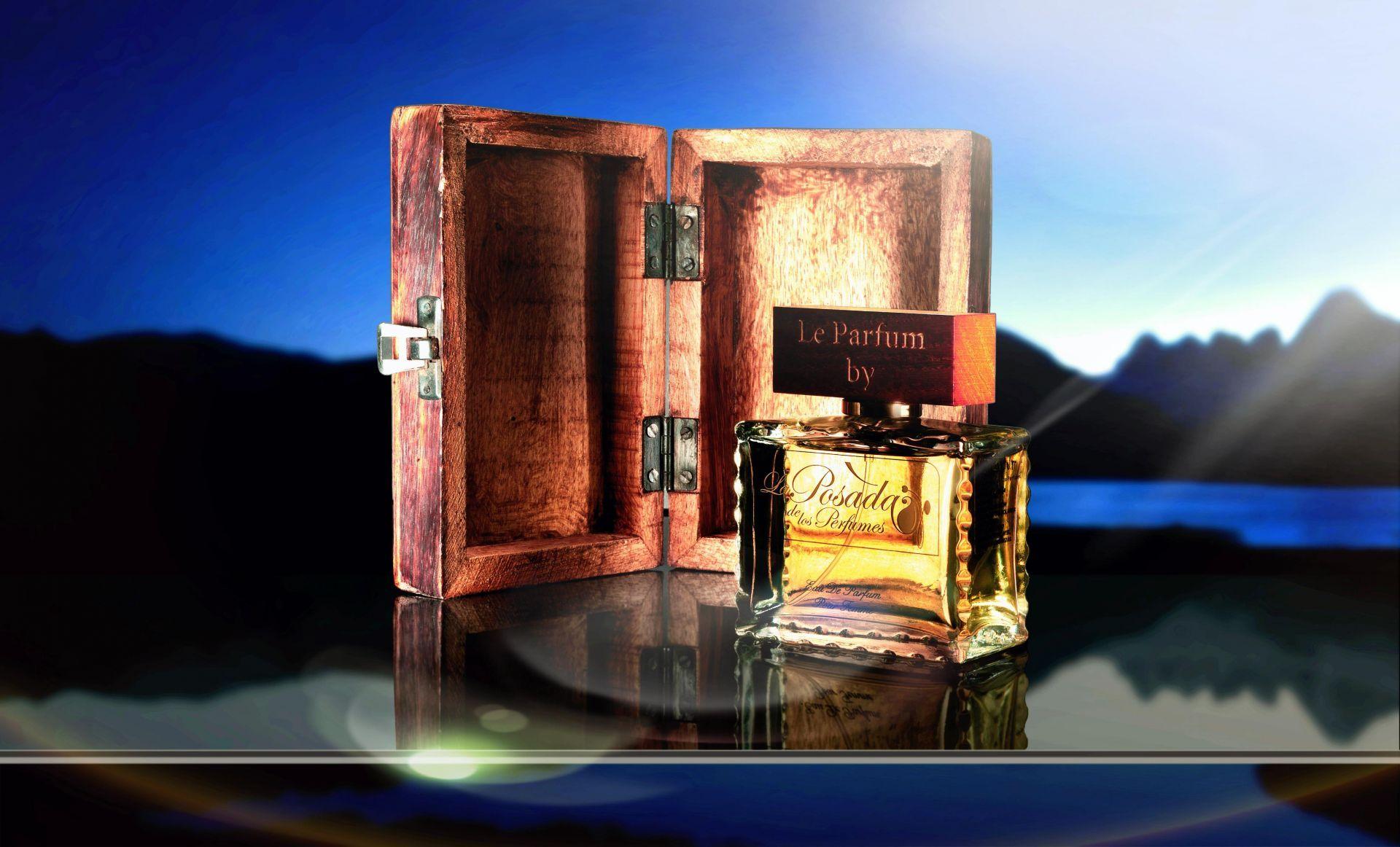 Perfume presentado en caja de madera hecha a mano