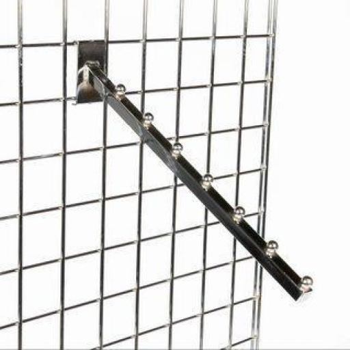 Colgador inclinado con pivotes a panel de rejilla