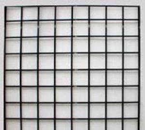 Paneles de rejillas negras a pared