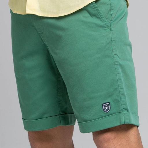 Bermuda lisa color verde