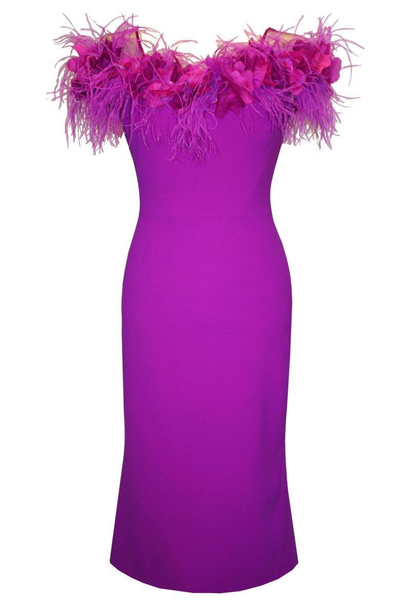 vestido-carla-ruiz-escote-floral-plumas.jpg