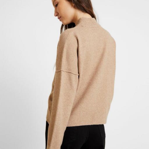 Jersey Beige  de Punto suave  con cuello Alto de Noisy May  [2]