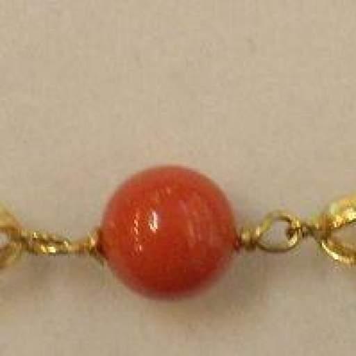 Precioso Collar Oro 18 Quilates con Bolas de Coral.
