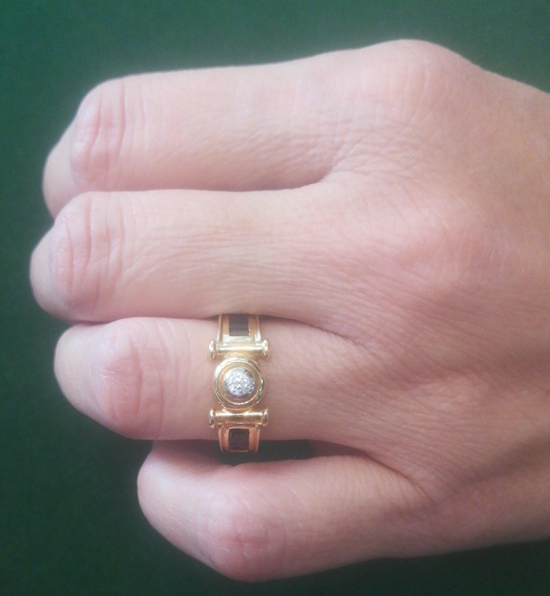 anillo de oro amarillo con zafiros azules
