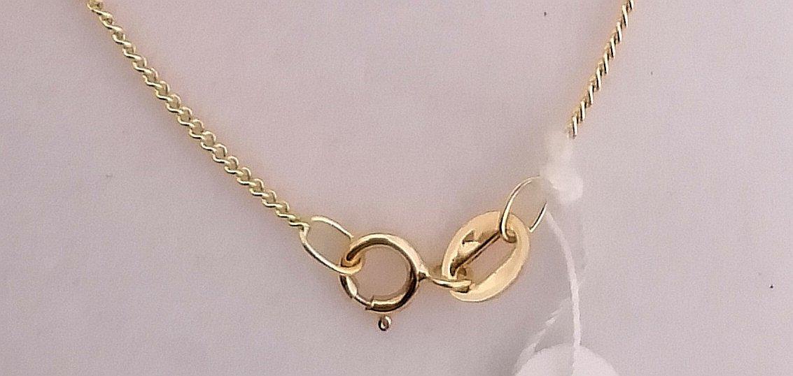 Este cadena de oro delgada incorpora un cierre de reasa reforzado