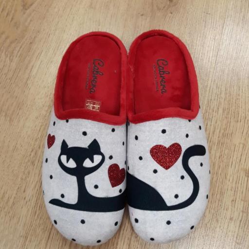 Zapatillas abiertas en estampado en gato